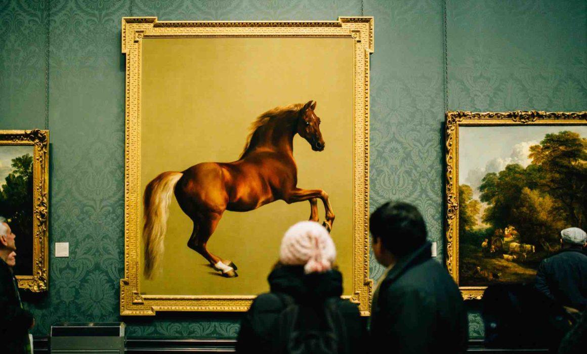 Museumsbesucher betrachten ein Gemälde mit einer Pferdedarstellung