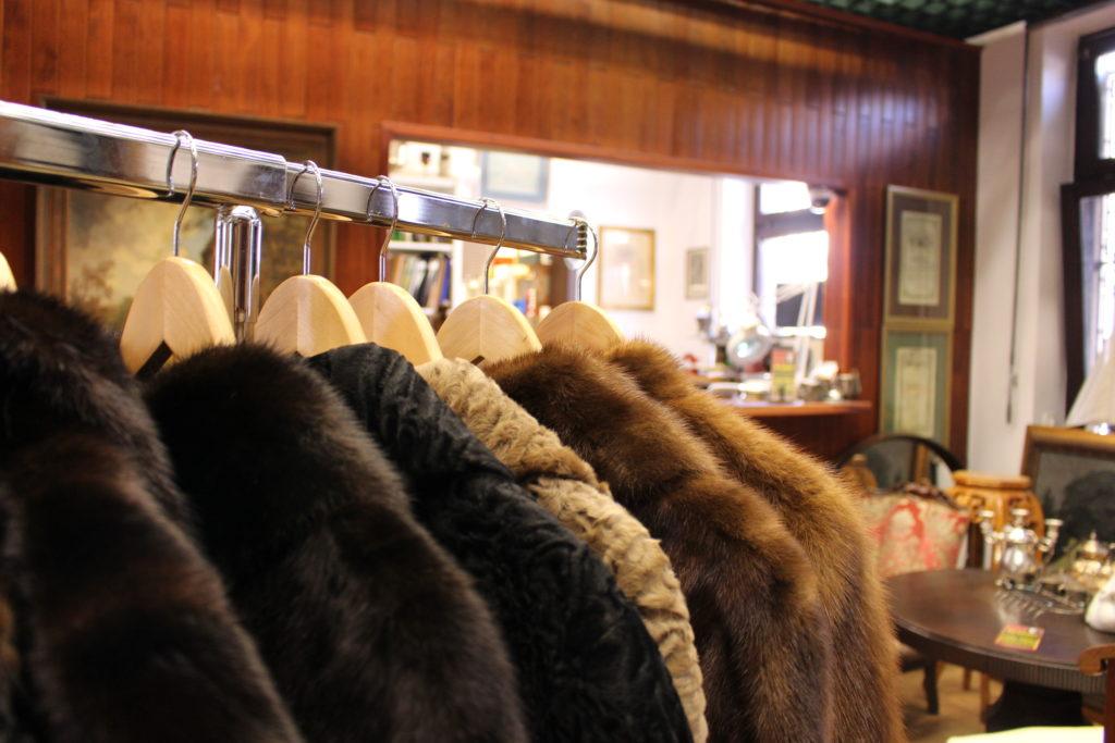 Verschiedene Pelzjacken und Mäntel an einer Kleiderstange