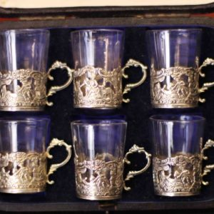 Sechs Gläser in silberner Fassung von Oben