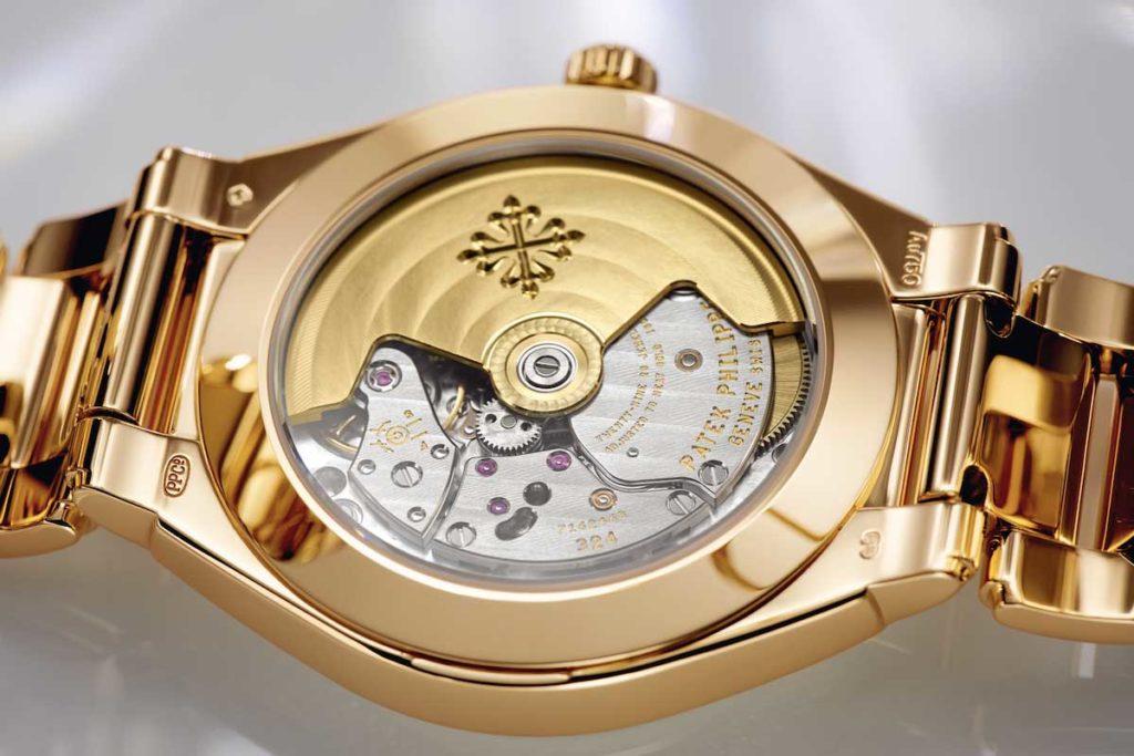 Unterseite einer goldenen Armbanduhr mit Blick auf das Uhrwerk