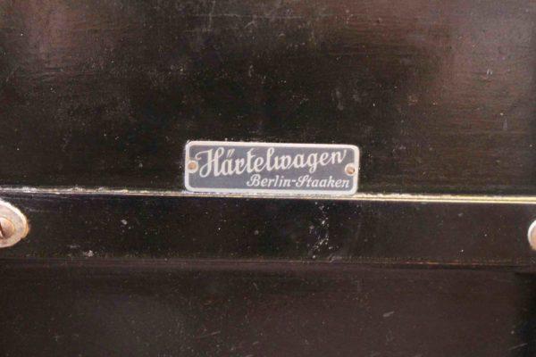 Schild mit Hersteller des Kinderwagens