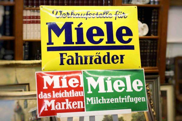 Werbeschilder aus Emaille der Firma Miele