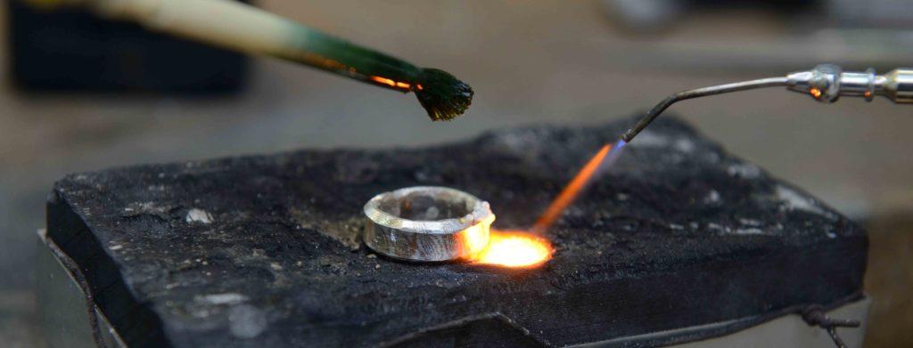 Ein Ring aus Weißgold wird geschmiedet