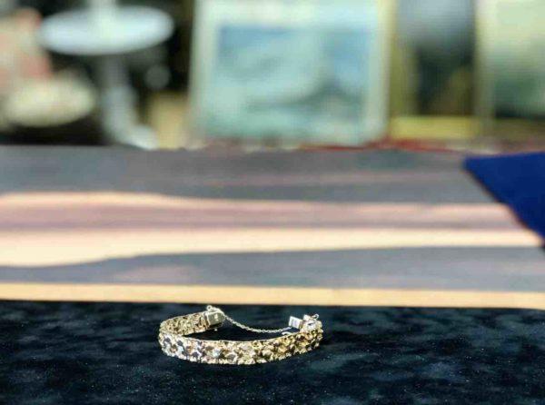 Goldenes Armband auf einem Tisch