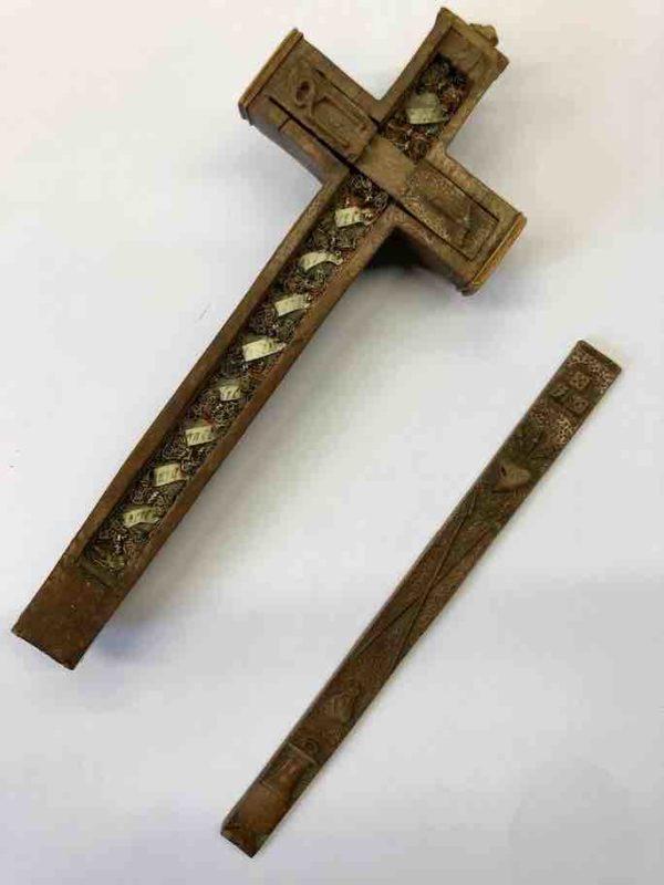 Mit Reliquien gefülltes Holzkreuz geöffnet