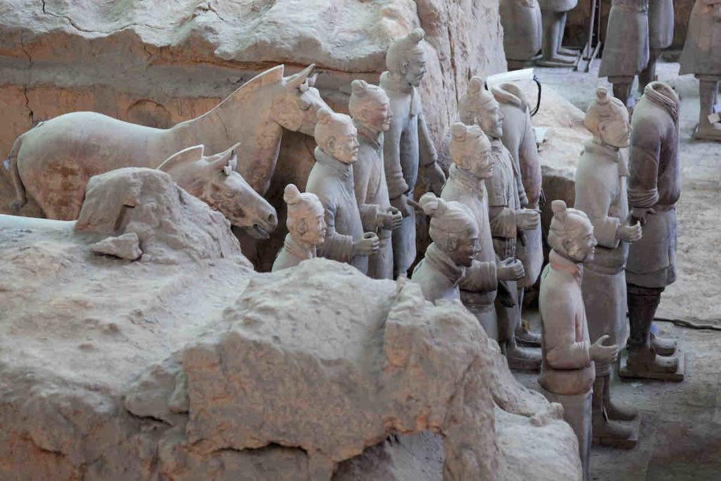 Einige Terrakotta-Krieger mit ihren Pferden