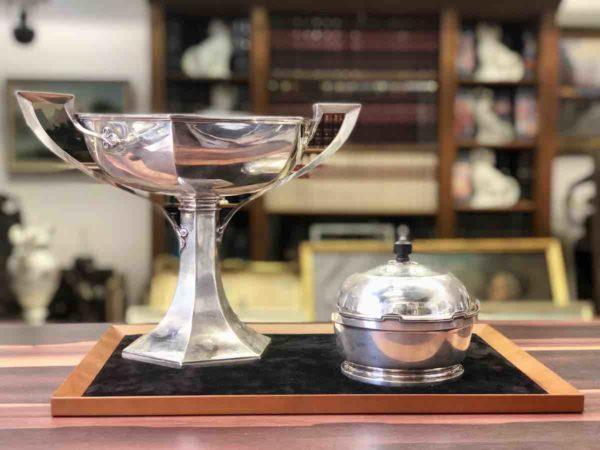 Zwei Gefäße aus Silber von der Manufaktur Walker & Hall