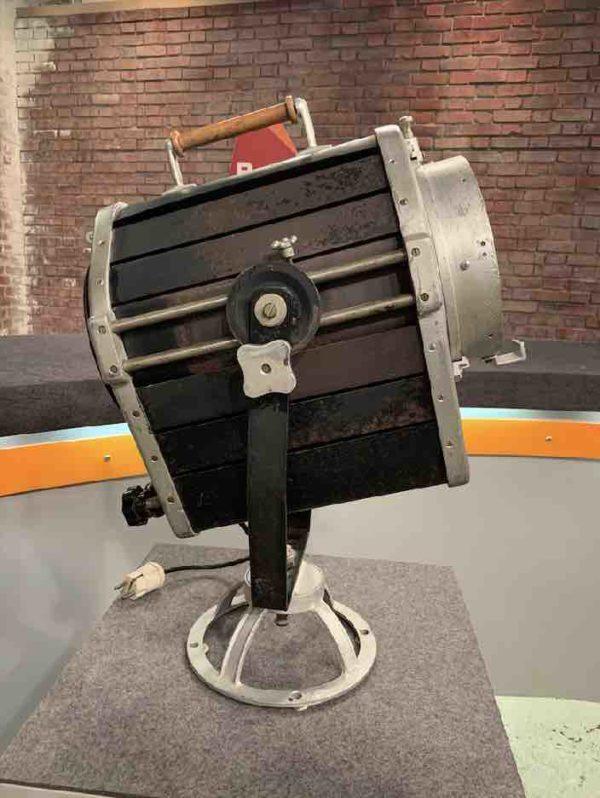 Großer antiker Filmscheinwerfer von der Seite