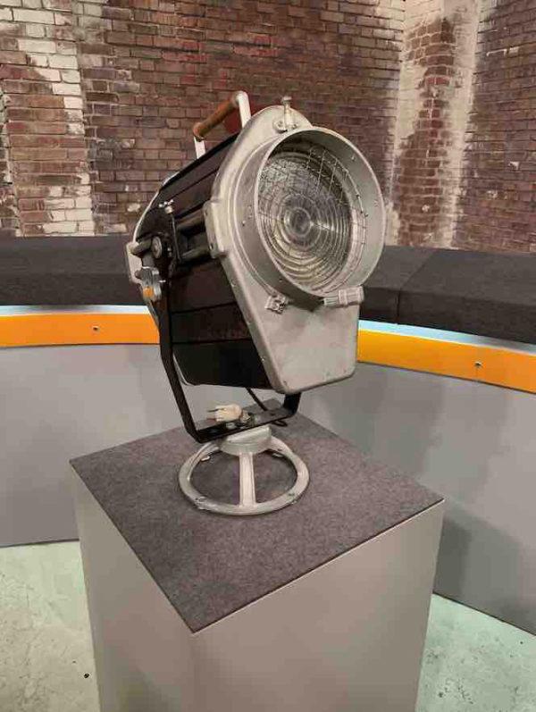 Großer antiker Filmscheinwerfer