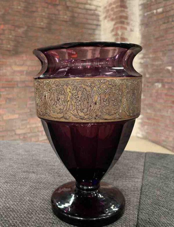 Nahansicht einer antiken Vase der Firma Moser