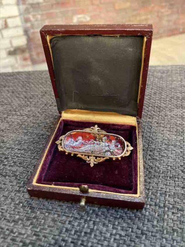Brosche mit Emaille in Goldfassung in der Schachtel
