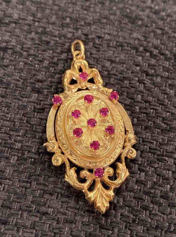 Goldenes Medaillon von vorne