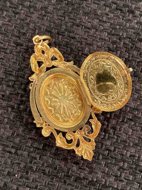 Goldenes Medaillon geöffnet