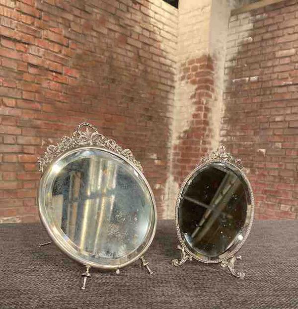 Zwei kleine stehende Silberspiegel