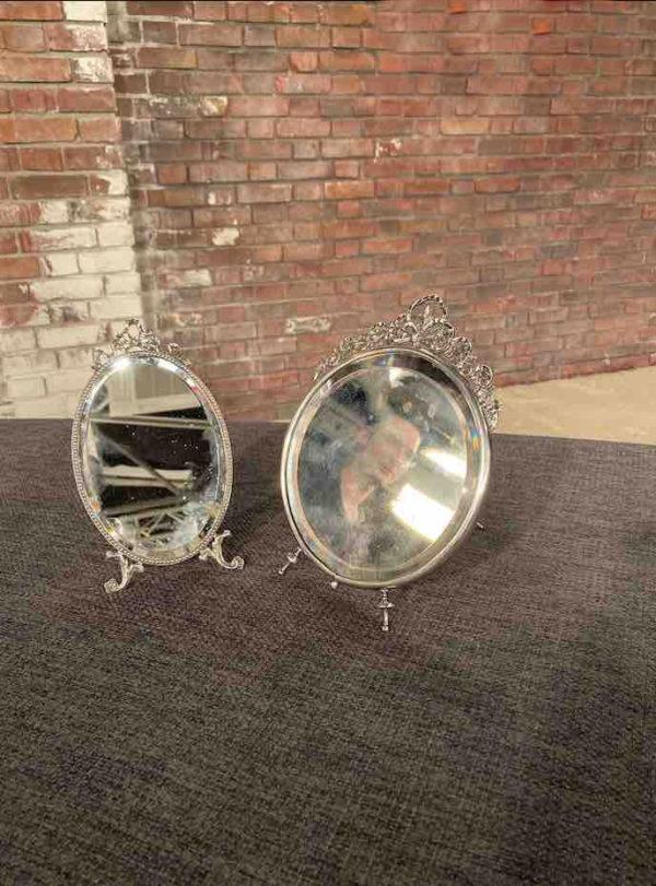 Seitenansicht zweier kleiner stehenden Silberspiegel
