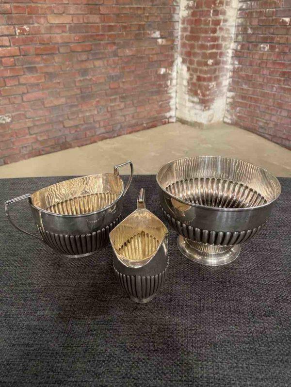 Drei Teile des silbernen englischen Teeservices