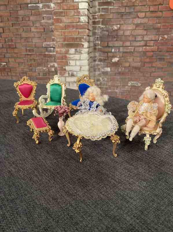 Seitenansicht der Puppenmöbel der Firma Szalasi