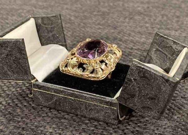 Ring mit Amethyst in einer Ringschachtel