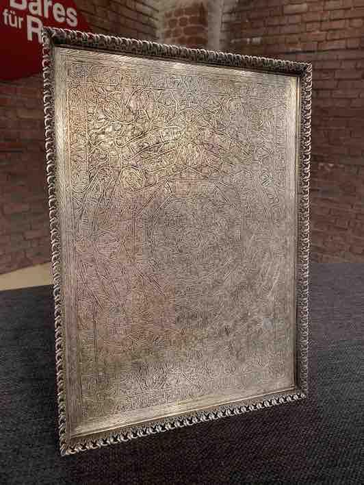 Seitenansicht eckiges Silber-Tablett aus Ägypten