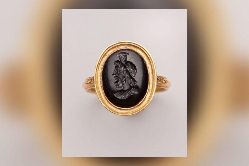 Goldener RIng mit schwarzem Stein, welcher als Gemme gearbeitet ist