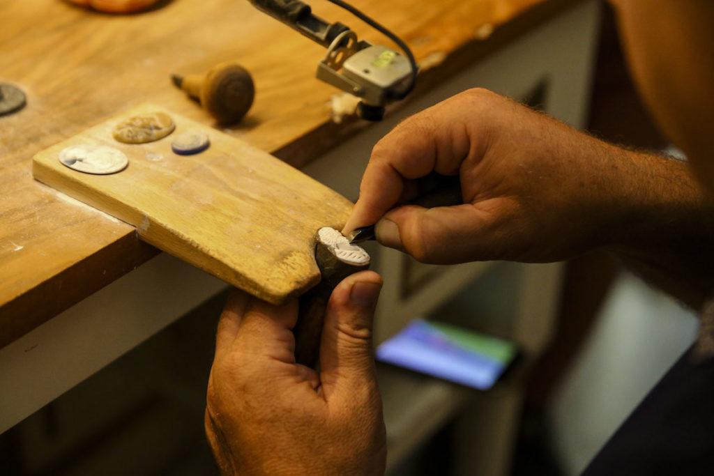 Darstellung der Herstellung einer Gemme durch feine Schnitzerei