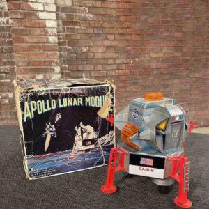 Apollo Raumschiff als Spielzeug neben seinem Karton
