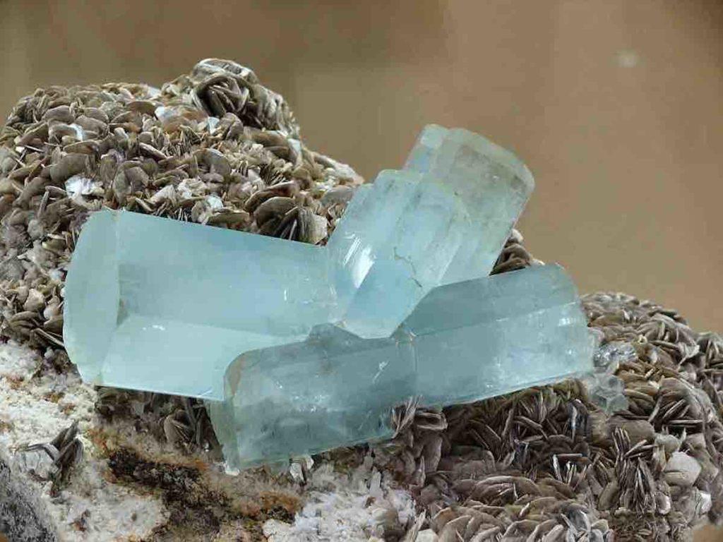 Einige hellblaue Aquamarine in ihrer Naturform