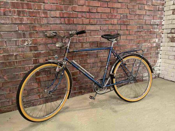 Blaues Fahrrad der Firma Miele mit gelben Reifen