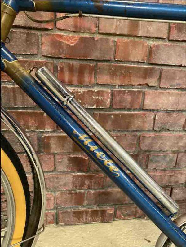 Silberne Fahrradpumpe der Firma Miele