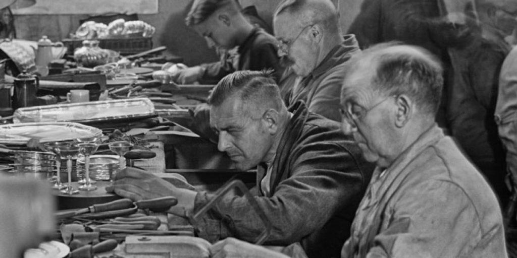Mitarbeiter der Silbermanufaktur Wilkens bei der Arbeit