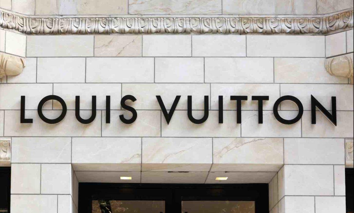 Schriftzug von Louis Vuitton an einer Fassade