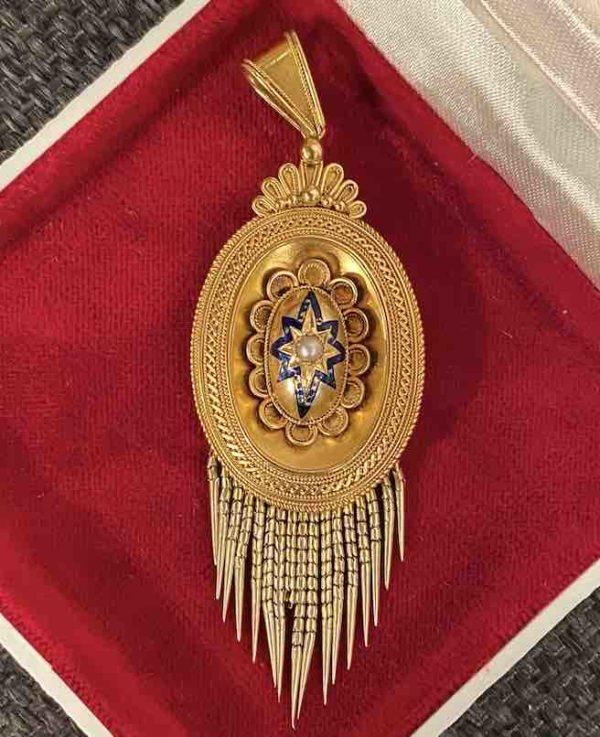 Goldenes Medaillon liegend in einer Box
