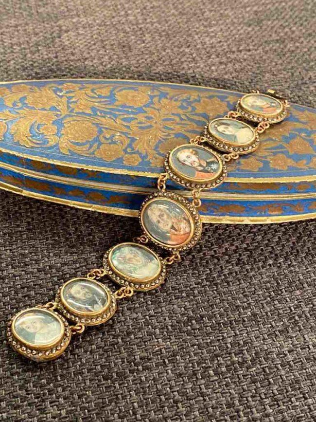 Armband mit 8 Miniatur-Bildern auf der Packung g