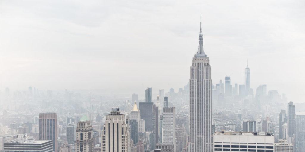 Blick auf die Skyline von New York mit Chrysler-Gebäude