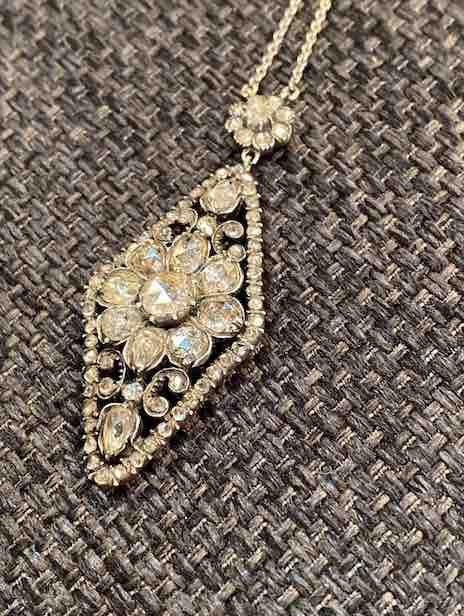 Weißgoldcollier mit Diamanten