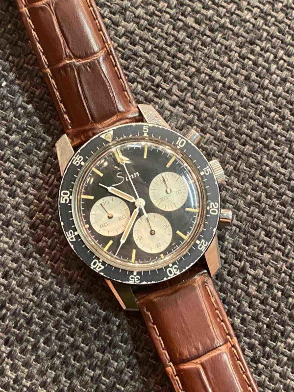 Armbanduhr mit braunem Armband von oben