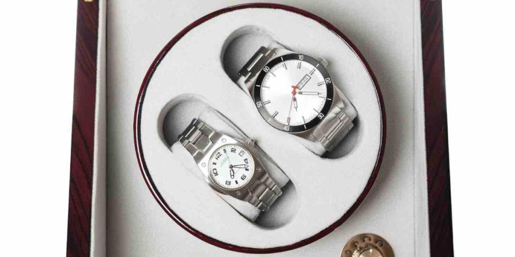 Zwei Uhren von oben in einem Kasten