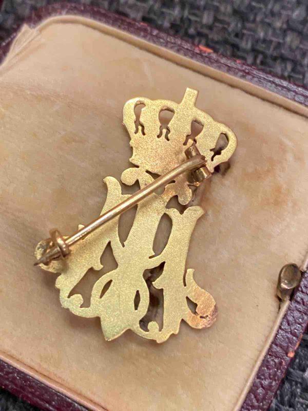 Rückseite der goldenen Brosche