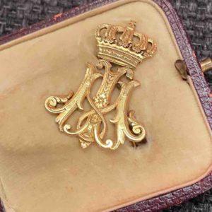 Goldene königliche Brosche