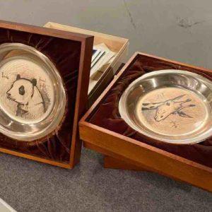 Drei Silberteller in Boxen