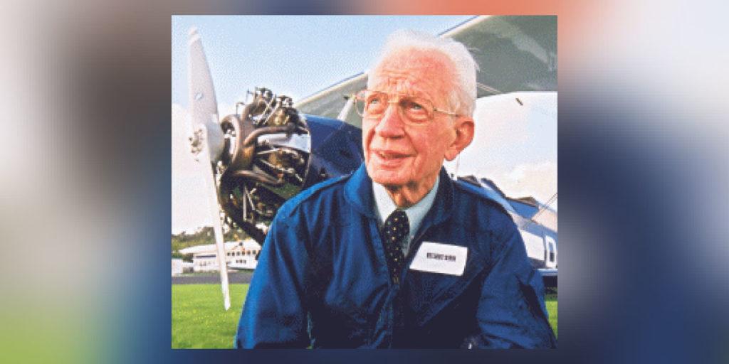 Helmut Sinn vor einem Flugzeug