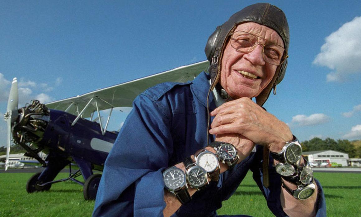 Helmut Sinn vor einem Flugzeug mit Uhren am Arm