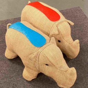 Zwei Spielzeug-Nashörner