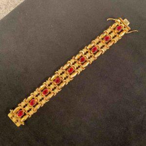 Goldenes Armband mit roten Steinen