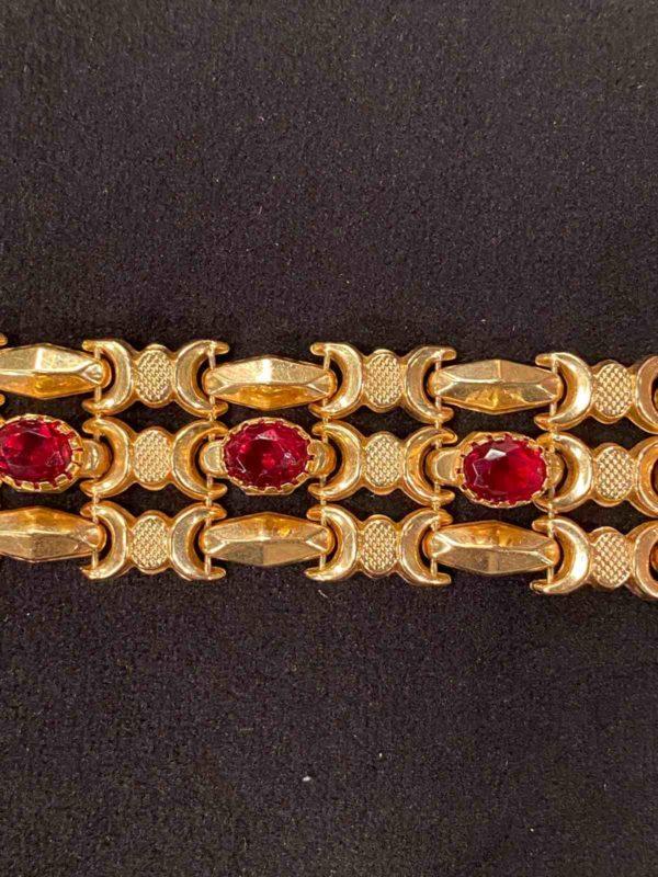 Rote Steine des goldenen Armbandes