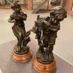 Zwei Kinder-Statuetten
