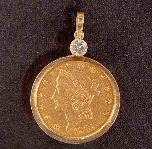 Goldene Münze mit Brillant