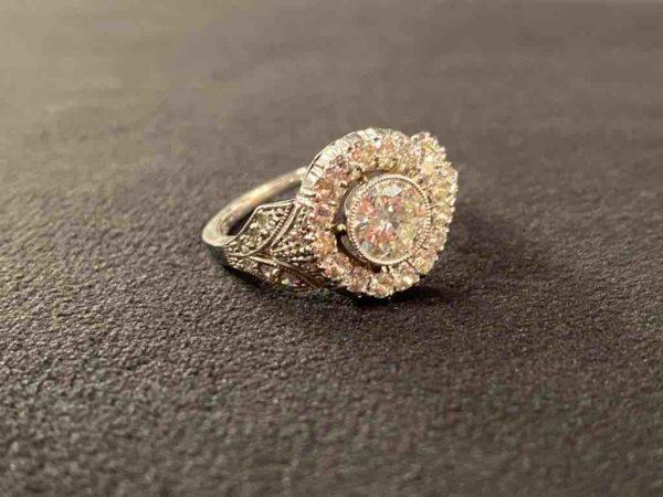 Weißgoldener Diamantring liegend