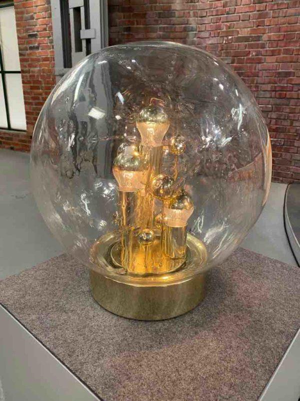 Glaslampe mit goldenen Elementen
