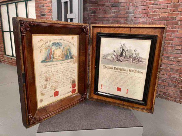 Zwei Urkunden im Rahmen